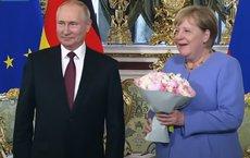 Из Кремля с цветами: что за букет Путин подарил Меркель