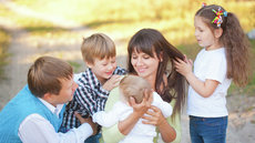 Путин подписал указ о выплате семьям с детьми по 10 тысяч рублей