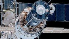 Российские космонавты ищут утечку на МКС с помощью супа